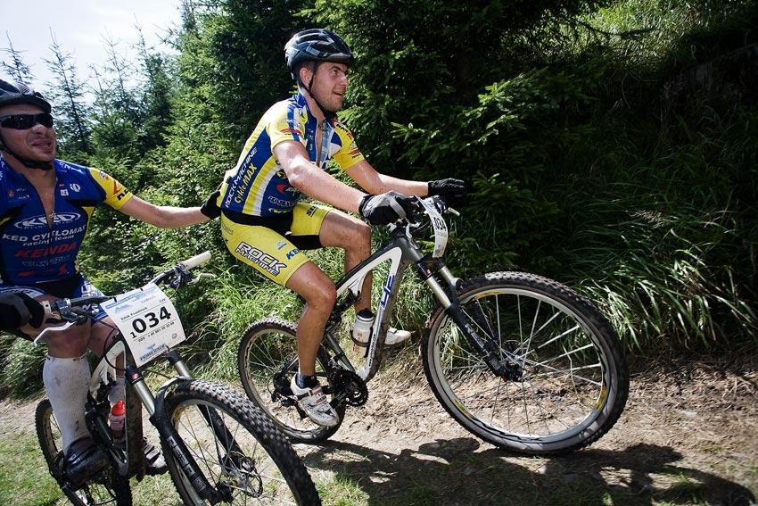 Bikechallenge 2009 - Franta Žilák jako dvorní domestik vypomáhá v kopci
