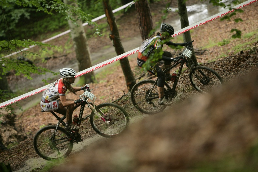 Mistrovství ČR MTB XC 2009 - Karlovy Vary: boj o zlato mezi juniorkami Markétou Sládkovou a Veronikou Jarošovou