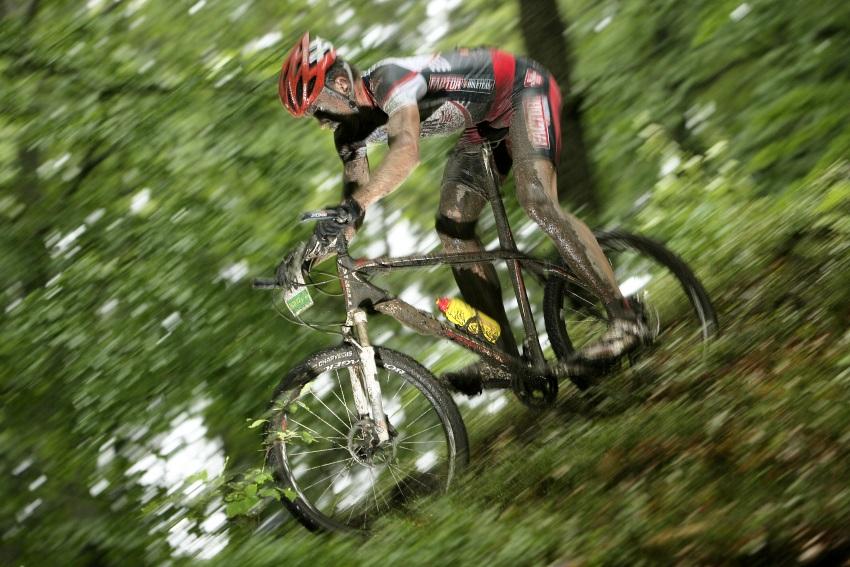 Mistrovství ČR MTB XC 2009 - Karlovy Vary: Tomáš Vokrouhlík se postupně propracovával dopředu