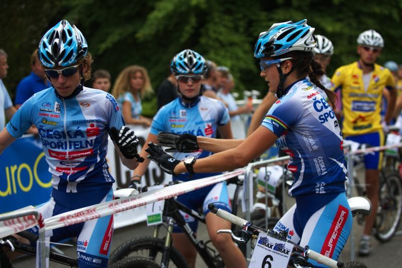 Mistrovství ČR MTB XC 2009 - Karlovy Vary - Tereza Huříková posílá Jana Svoradu na poslední úsek závodu