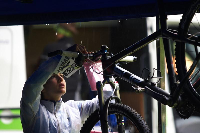 Mistrovství ČR MTB XC 2009 - Karlovy Vary - Tereza Huříková měla k dispozici dva mechaniky, číslo si však přidělávala sama :-)