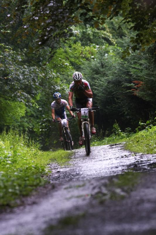 Mistrovství ČR MTB XC 2009 - Karlovy Vary - Jiří Friedl a Jan Škarnitzl rozjeli po startu pekelné tempo