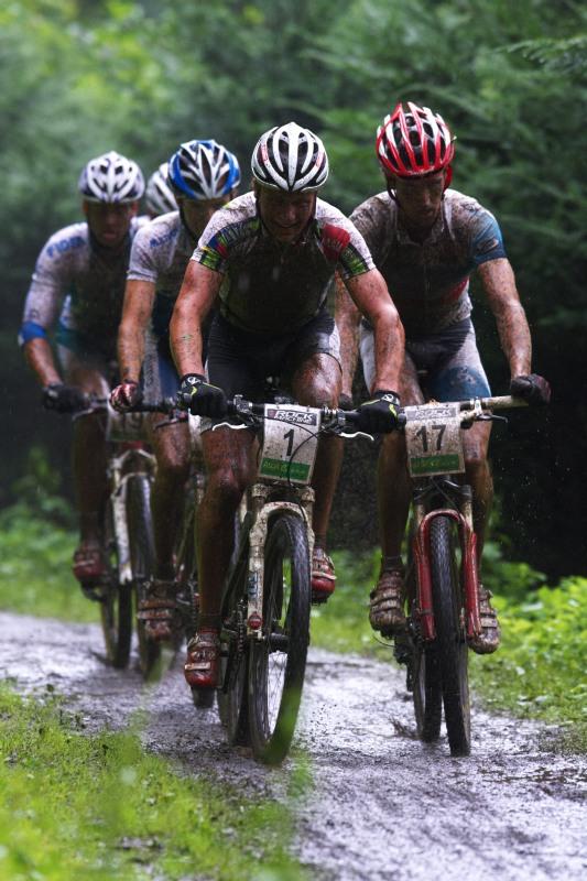 Mistrovství ČR MTB XC 2009 - Karlovy Vary - ve druhém kole už se vytvořila skupinka
