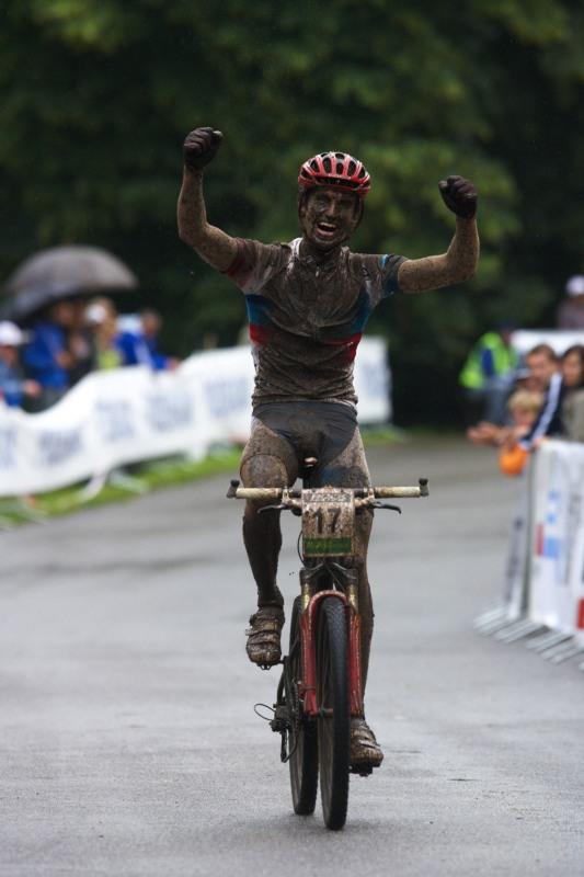 Mistrovství ČR MTB XC 2009 - Karlovy Vary - Jiří Novák se raduje z mistrovského stříbra