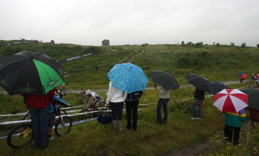 Mistrovství Evropy MTB XC 2009 - Zoetermeer /NED/ - elite: počasí, do kterého by ani psa nevyhnal... a přece se kola točí