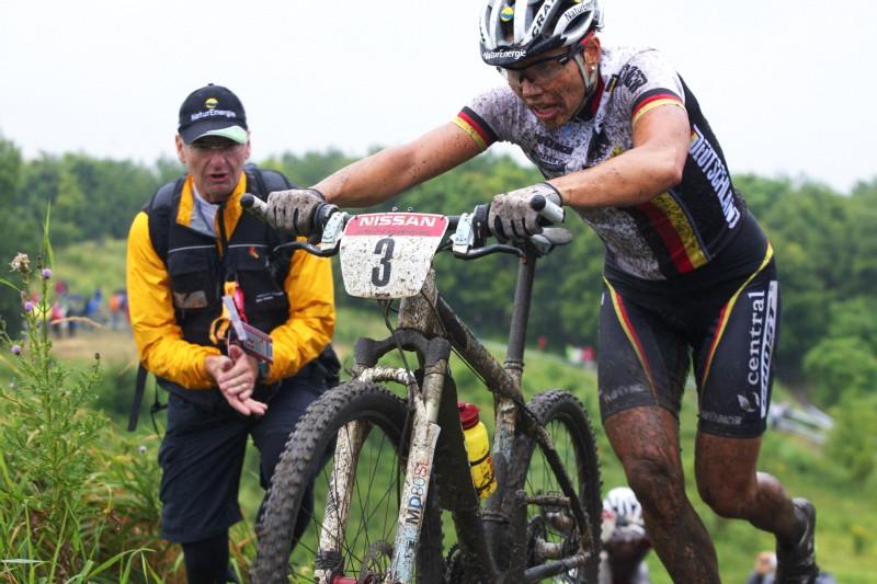 Mistrovství Evropy MTB XC 2009 - Zoetermeer /NED/ - elite: Sabine Spitz mohutně povzbuzována svým manželem Ralphem