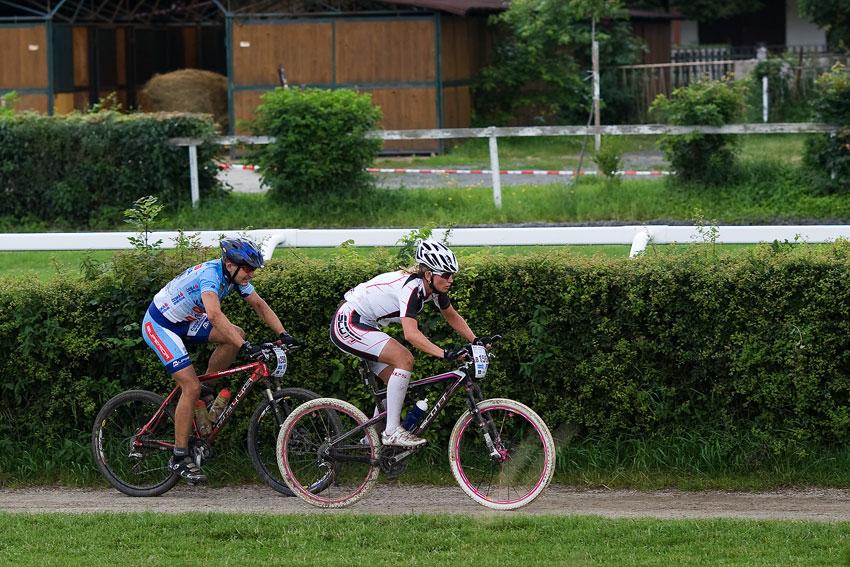 KPŽ Praha-Karlštejn 2009 - finišují Bóďa Půlpánová a Radek Šatný