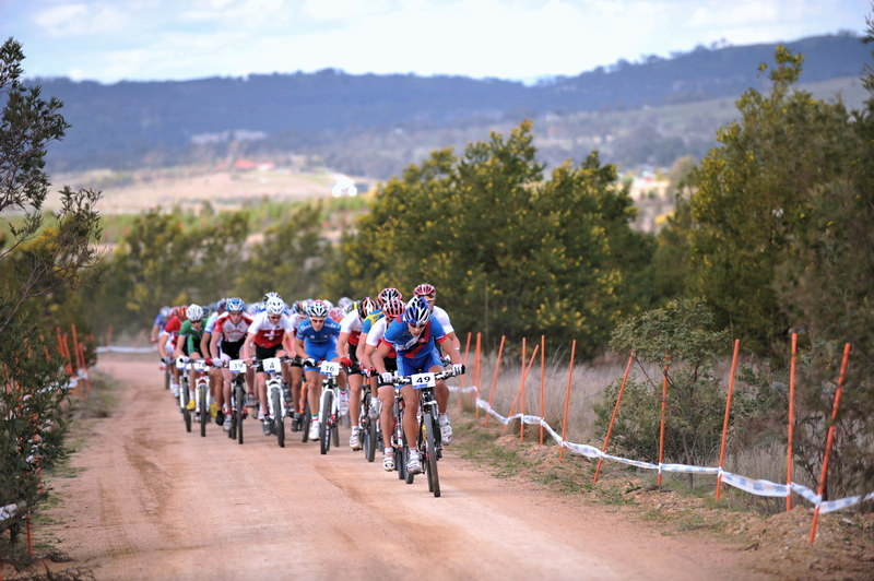 Mistrovstv� sv�ta MTB XC 2009, Canberra /AUS/ - Peter Sagan p�l kilometru po startu za��n� trhat bal�k