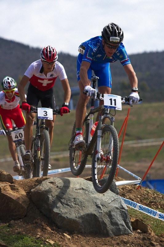Mistrovství světa MTB XC 2009, Canberra /AUS/ - vedoucí trojice se skokem neděla příliš velkou hlavu