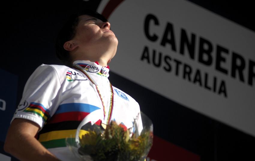 Mistrovství světa MTB XC 2009 - ženy U23: Aleksandra Dawidowicz si užívá poslkou hymnu