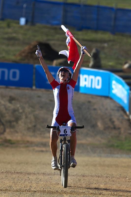 Mistrovství světa MTB XC 2009, Canberra /AUS/ - Alexandra Dawidowicz si užívá první pocity mistryně světa