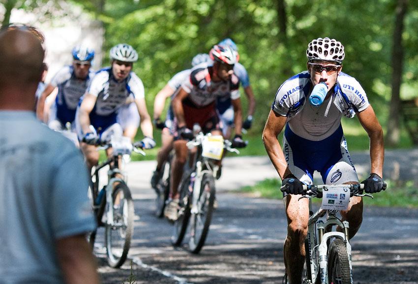 KPŽ AM bikemaraton ČS Karlovy Vary 2009 -Martin Zlámalík připraven na tankování...