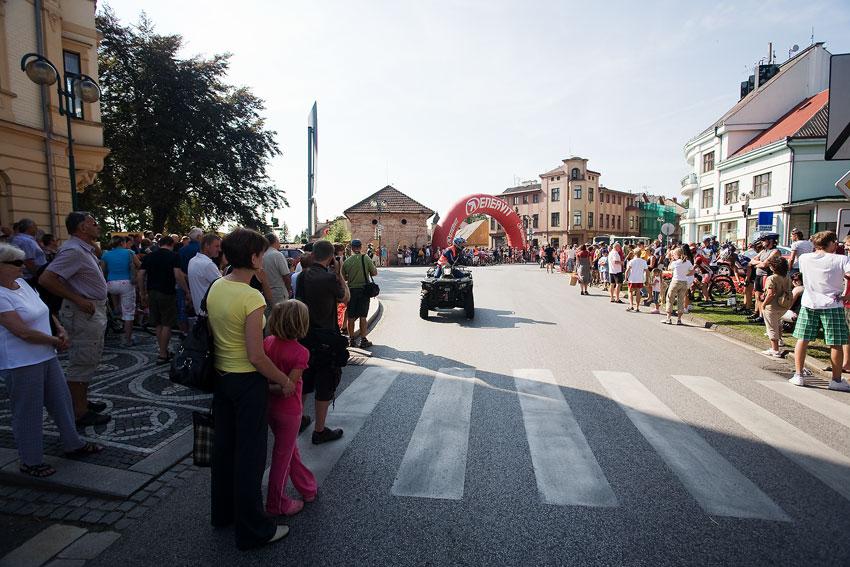Podkrkonošský maraton 2009 - diváky zaplněné náměstí před startem