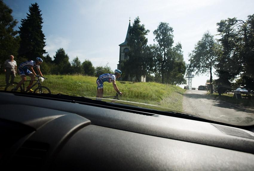 Podkrkono�sk� maraton 2009 - �ilar s Je�kem pr�v� zdolali nejhor�� stoup�n� z�vodu na Zvi�in�