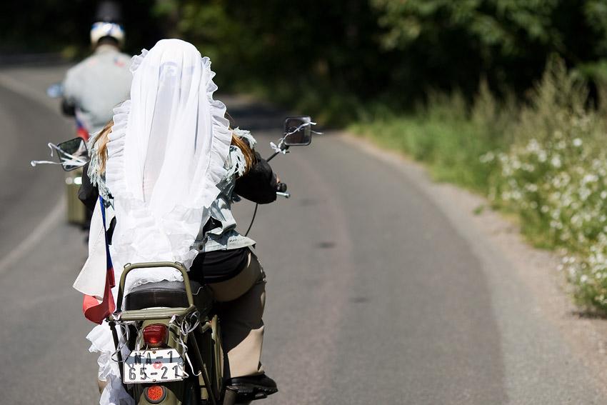 Podkrkonošský maraton 2009 - nevěsta stíhala ženicha na dvěpade
