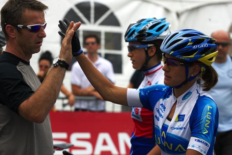 Nissan UCI MTB World Cup XCO #6 - Bromont /KAN/ 2.8. 2009 - tradi�n� p�edstartovn� pozdrav Katky se sv�m mana�erem Waldekem