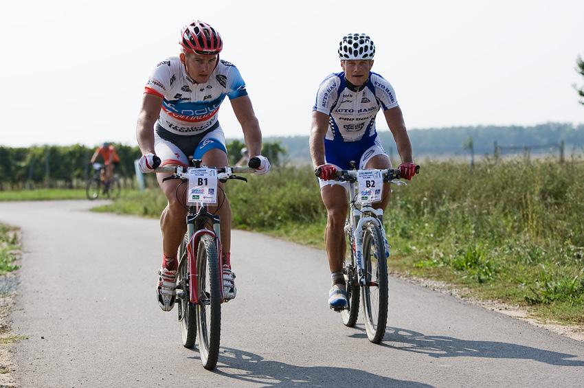 KP� Cyklobran� Jevi�ovka 2009 - Pavel Boudn� a Ivan Ryba��k s  bezpe�n�m n�skokem na �ele (druh� kolo kousek p�ed c�lem)