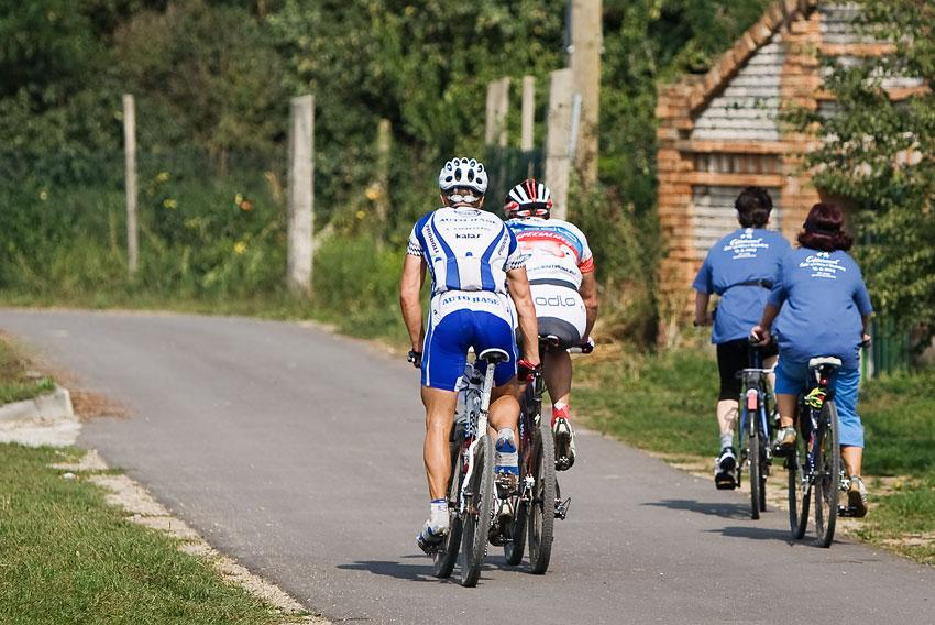KPŽ Cyklobraní Jevišovka 2009 - právě se míjí TOP elita s fitness jízdou.... i to je KPŽ....