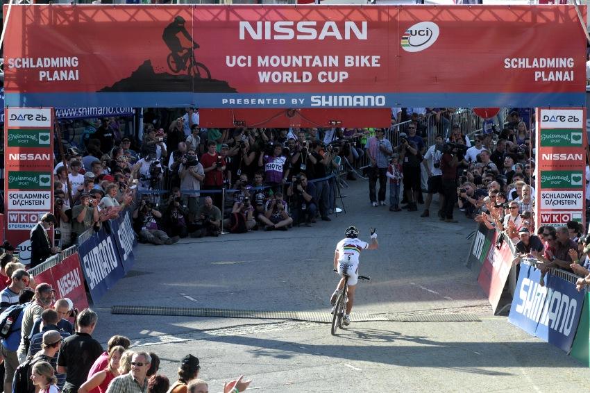 Nissan UCI světový pohár MTB #8 - Schladming 2009: Nino Schurter v cíli