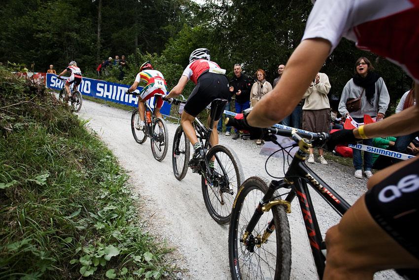 SP XCO Champéry 2009 junioři - první skupinka s Portugalcem a Švýcary