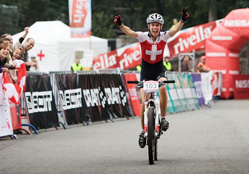 SP XCO Champéry 2009 juniorky - velká radost druhé v cíli Vanji Schumacher