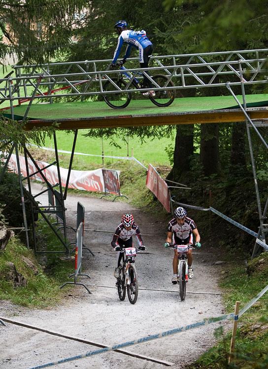 SP XCO Champéry 2009 - páteční tréninky - nejdříve zdolat nejprudší stojku a poté přes mostík do technického sjezdu