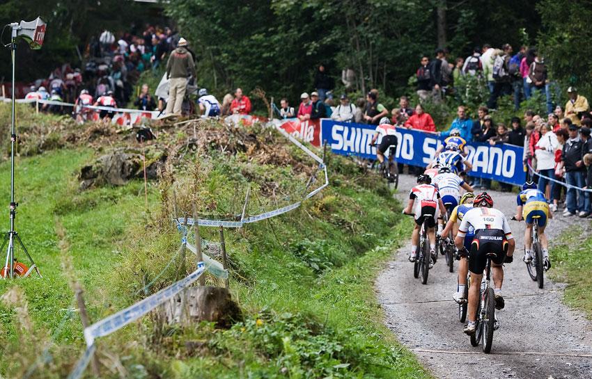 SP XCO Champéry 2009 - nejtěžší stoupání na trati...až tam nahoru se muselo vyjet