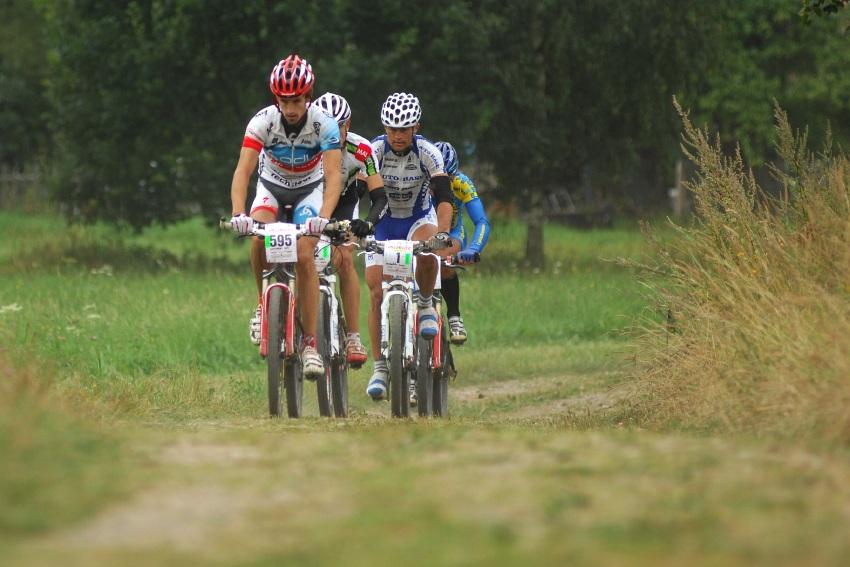 Mistrovství ČR v MTB maratonu - Specialized Rallye Sudety '09: Vedoucí skupinka za polovinou závodu