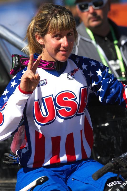 Mistrovství světa MTB DH 2009, Canberra /AUS/ - juniorská mistryně světa 2000 Kathy Pruitt zdraví MTBS.cz, tentokrát jako bronzová medailistka MS 2009