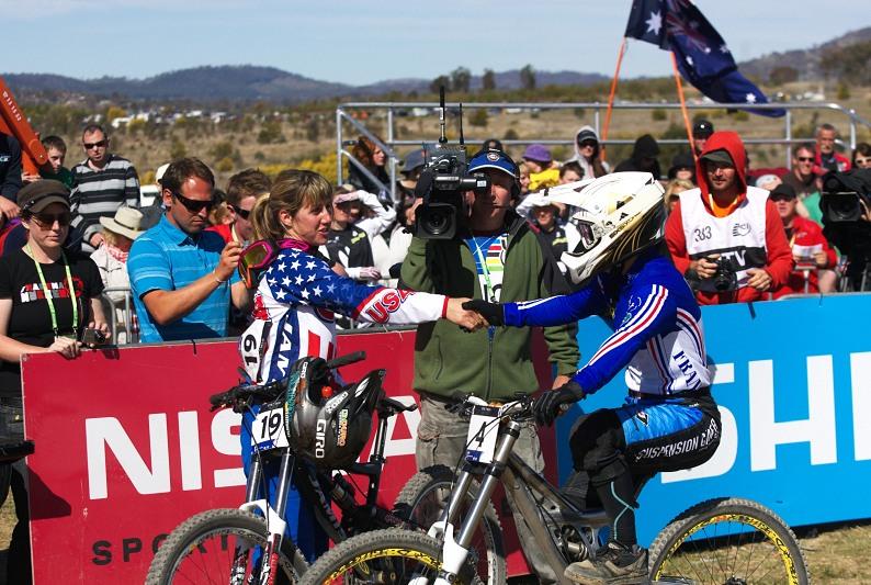 Mistrovství světa MTB DH 2009, Canberra /AUS/ - Emmeline Ragot právě dorazila do cíle, střídala Kathy Pruitt, ale ještě netušila, že bude ten den nejrychlejší...