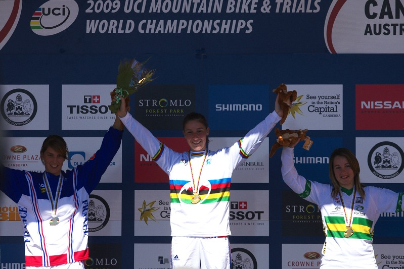 Mistrovství světa MTB DH 2009, Canberra /AUS/ - juniorky 1. Pajot, 2. Berteaux, 3. Baarspul