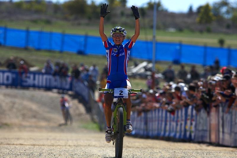 Mistrovství světa MTB XCO ženy 2009 - Canberra /AUS/ - Irina Kalentieva vítězí, Lene Byberg právě v pozadí sjíždí do cílové rovinky