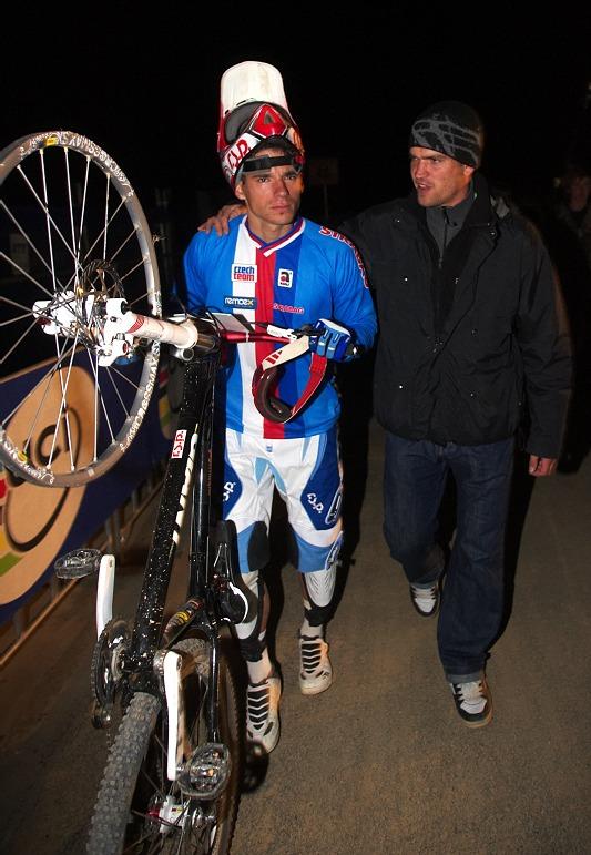 Mistrovství světa MTB 4X 2009 - Canberra /AUS/ - Tomáš Slavík po závodě malinko zaslzel, utěšoval ho Adam Vágner