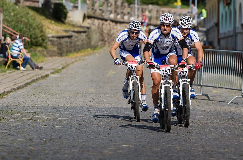 Scott Žacléřská 70 MTB 2009 - marný finiš Volva ... (O. Fojtík, Rybařík a J. Fojtík)