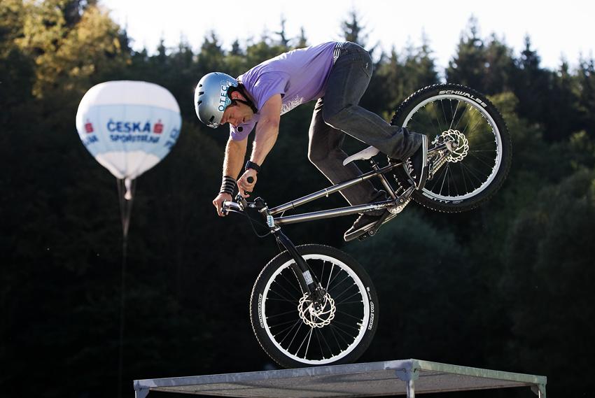 KPŽ Oderská mlýnice 2009 - Pepa Dressler ukazuje, že na kole pořád ještě umí