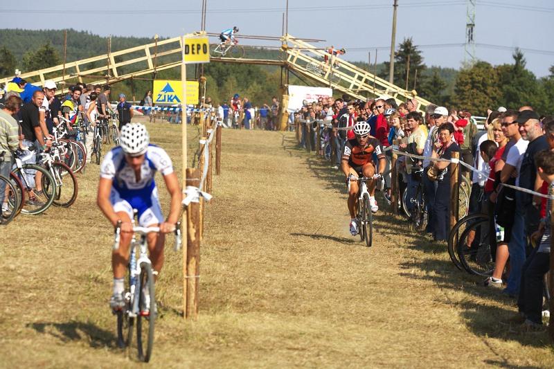 Cyklokros - Toi Toi Cup 2. závod, Stříbro 26.9. 2009 - Zdeněk Mlynář dojíždí Martina Zlámalíka, který musel do depa