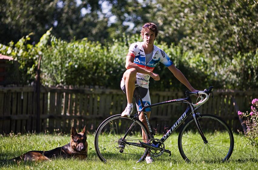Jiří Ňumi Novák - Ňumi modelem doma na zahradě, doprovázího jeho pes...
