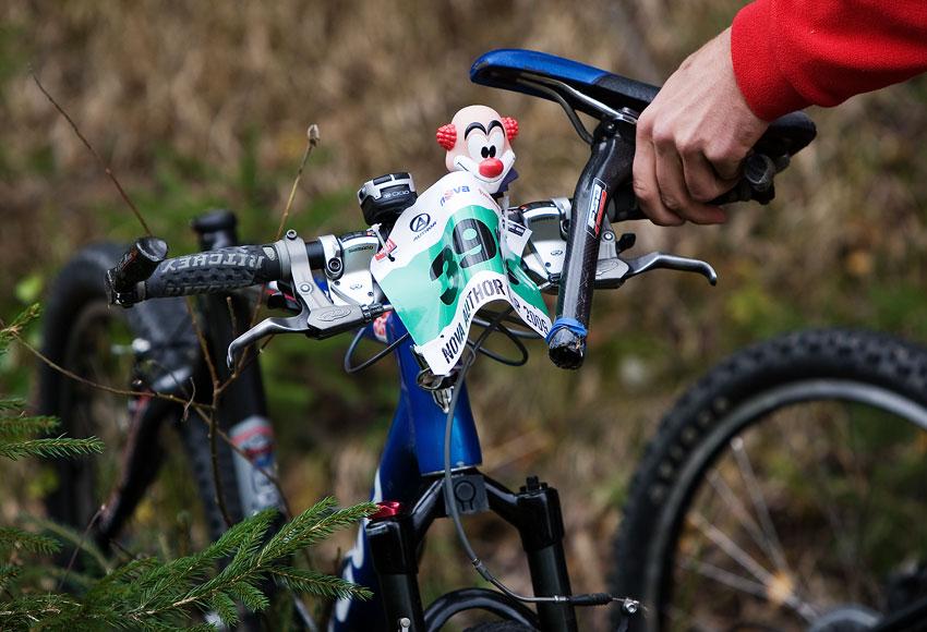Nova Author Cup 2009 - torzo kola po jednom z pádů, jezdec skončil s lehkým otřesem mozku v nemocnici a jedinej šáša to přežil v poho...