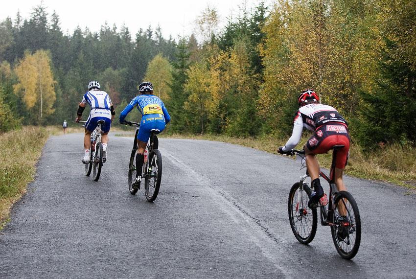 Nova Author Cup 2009 - trojice Rybařík, Hruška a Vokrouhlík jedoucí pospolu k cíli