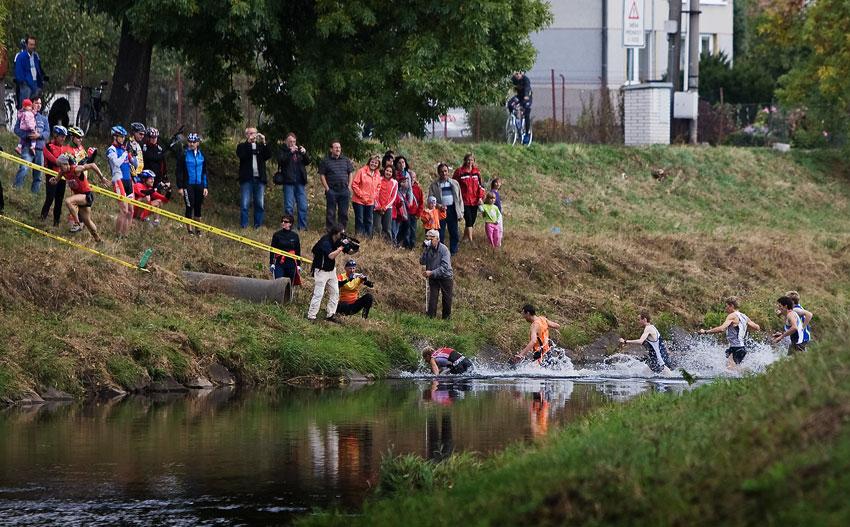 Free Litovel Bobr Cup 2009 - Pleticha s náskokem už na břehu, ostatní se teprve brodí...