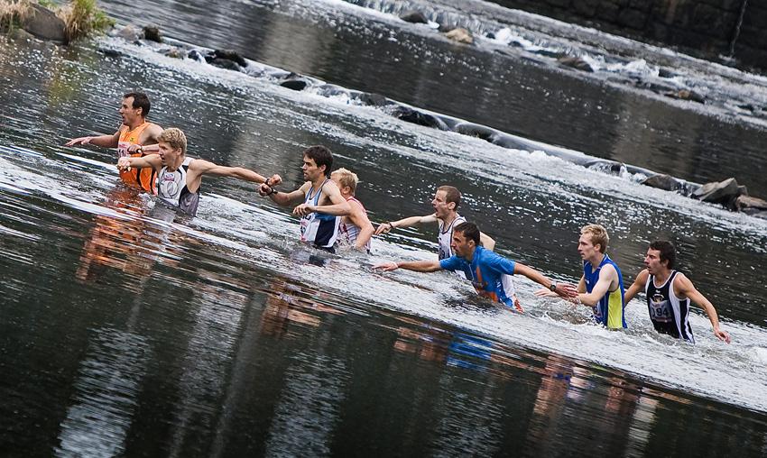 Free Litovel Bobr Cup 2009 - během prvního kilometru museli běžci překonat brod hned dvakrát