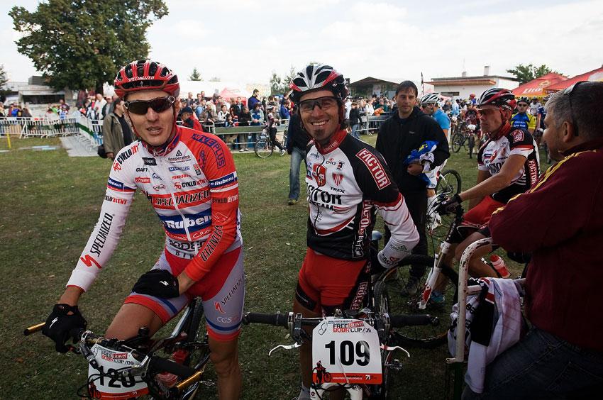 Free Litovel Bobr Cup 2009 - mezitím se na předávku připravovali bikeři, zde s úsměvem Jarda Kulhavý a Robert Novotný