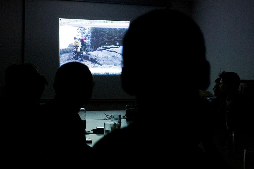 Alltraining podzimní kemp Český ráj 2009 - večer se na videu dopodrobna rozebraly všechny chyby při výuce v terénu