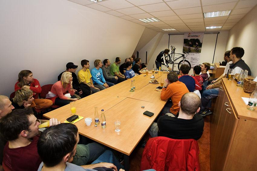 Alltraining podzimní kemp Český ráj 2009 - účastníci kempu sledovali přednášky pozorně