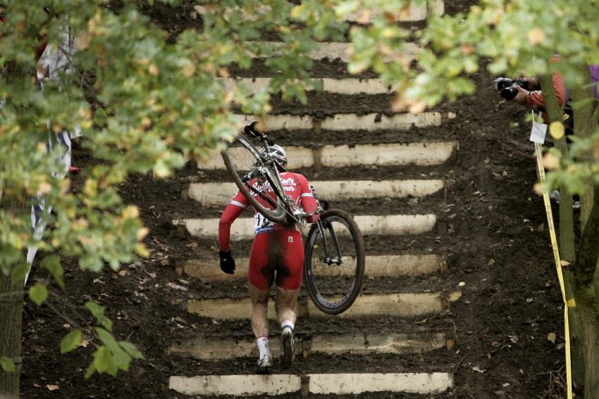 Světový pohár v cyklokrosu #2, Plzeň 18.10.2009 - Martin Bína na plzeňských schodech