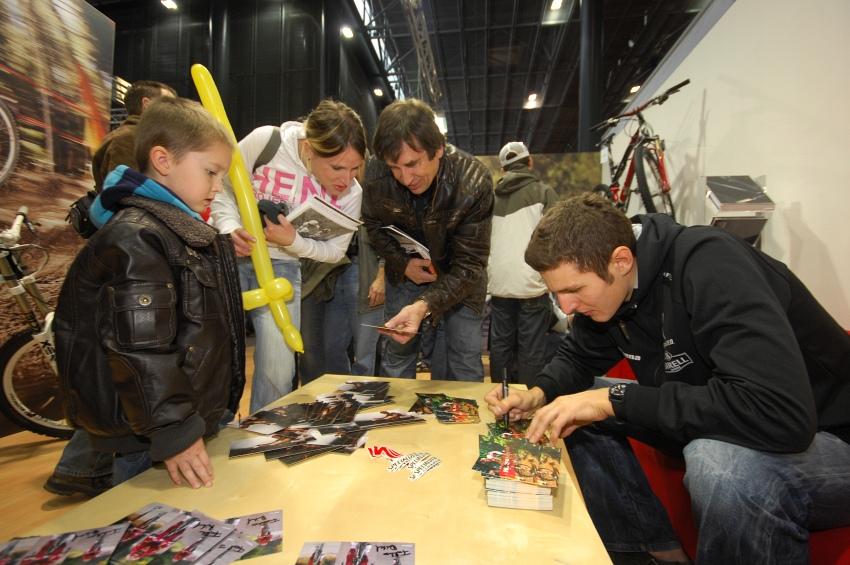 Bike Brno '09 - Faces: Autogramiáda Jaroslava Kulhavého