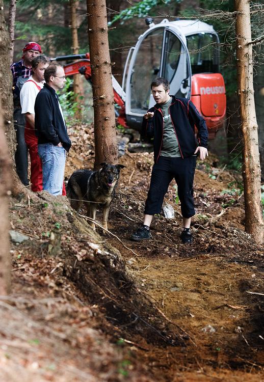 ČeMBA Singltrek pod Smrkem 2009 - Tomáš Kvasnička vysvětluje obsluze bagru správný postup výkopu