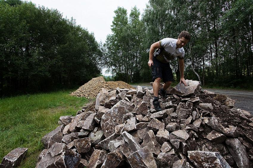 ČeMBA Singltrek pod Smrkem 2009 - Tomáš Kvasnička předvádí materiál na výstavbu stezek