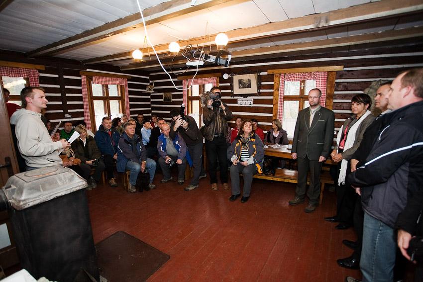 �eMBA Singltrek pod Smrkem 2009 - slavnostn� otev�en� na Hubertce za�lo proslovy gener�ln�ch partner� projektu
