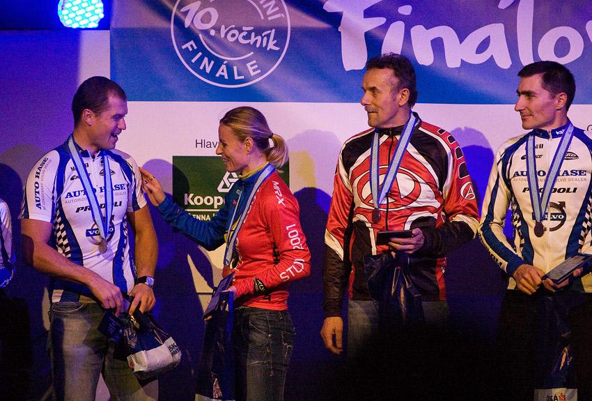 KPŽ Finálový večer 2009 - Bára Radová - Manďáková si z blízka prohlédla vypracované tělo Ivana Rybaříka